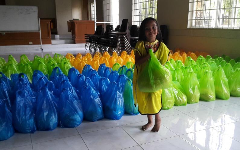 Providing Relief Goods to the Kidapawan Farmers