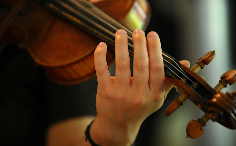 woman-playing-violin