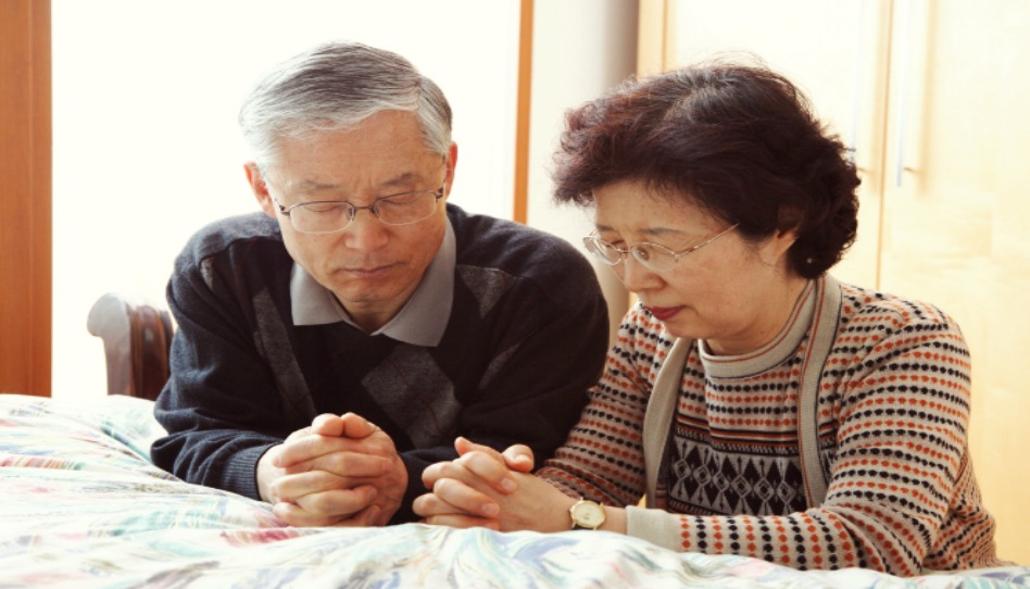 chinese couple praying together